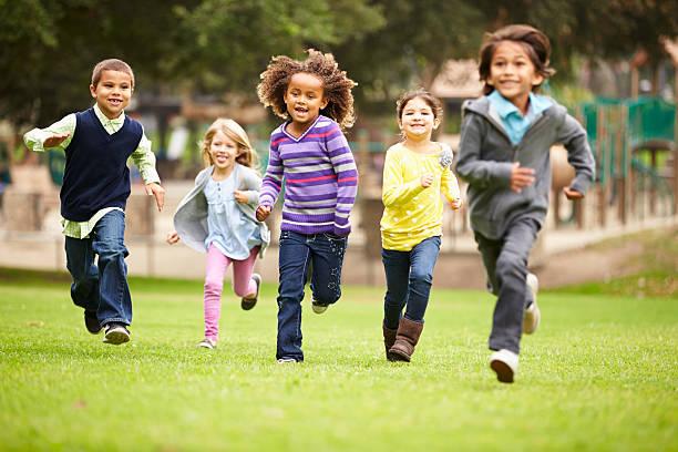 Pasto sintético apto para áreas infantiles.